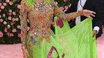 Donatella Versace v šatech vlastní značky. Božské