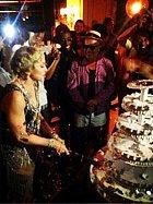 S obrovským nožem se pustila do krájení několikapatrového dortu.