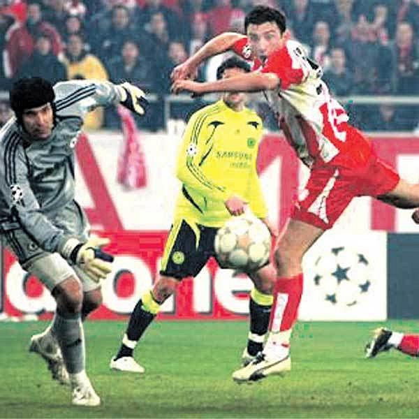 Brankář Čech (vlevo) dnes žádnou minelu vyrobit nesmí, jinak by Chelsea nemusela postoupit.