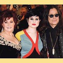 Drsný rocker Ozzy se svými zápasnicemi. Dcera musí kvůli zmlácení novinářky před soud.