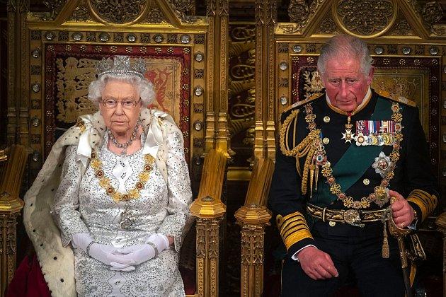 Nikdo zmediálních expertů si nepamatuje doby, kdy by královská rodina vytahovala svoje spory na veřejnost.Všechno vždy proběhlo vabsolutní tichosti. Těm časům ale zřejmě odzvonilo a jemný nesouhlas dala najevo ikrálovna Alžběta.