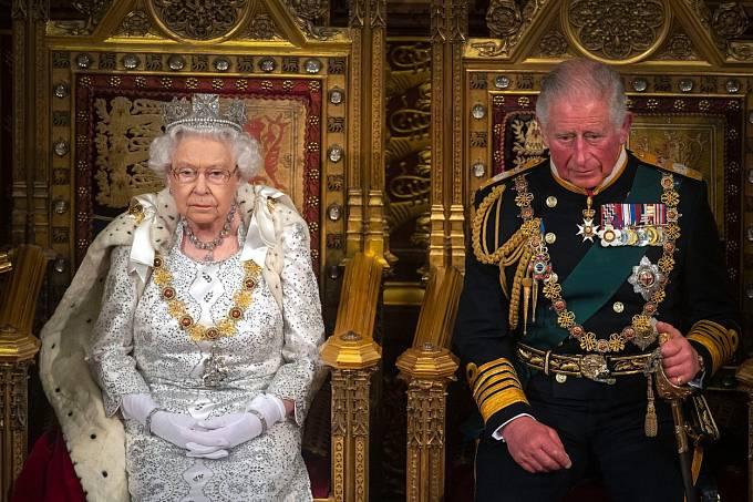 Nikdo z mediálních expertů si nepamatuje doby, kdy by královská rodina vytahovala svoje spory na veřejnost.Všechno vždy proběhlo v absolutní tichosti. Těm časům ale zřejmě odzvonilo a jemný nesouhlas dala najevo i královna Alžběta.