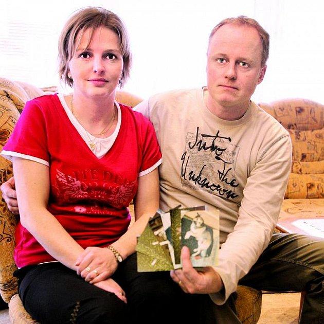 Manželé Magda a Václav Bartošovi ukazují fotky s jejich Harikem. Uvidí ho ještě někdy?