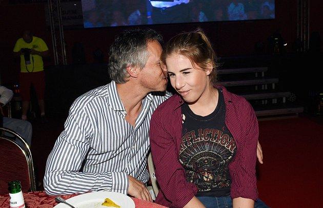 Na svou dceru nedá dopustit.