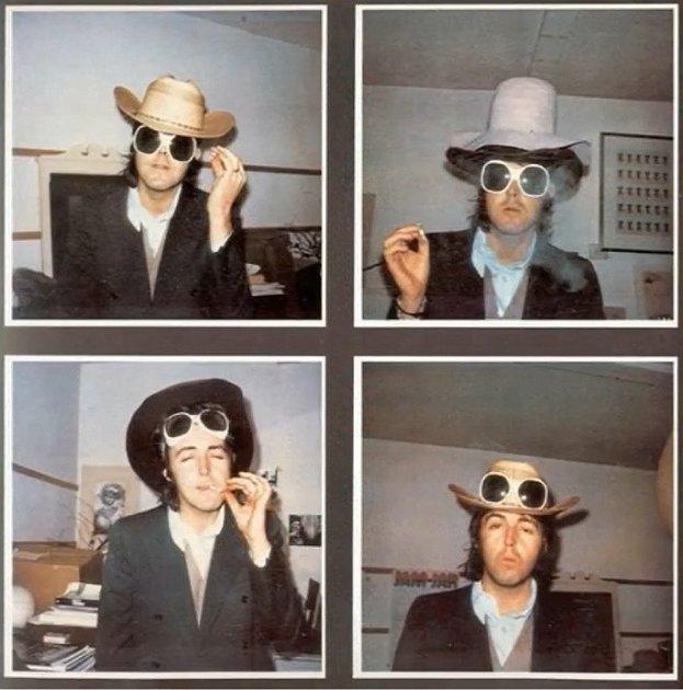 Mladý zkouřený Paul McCartney.