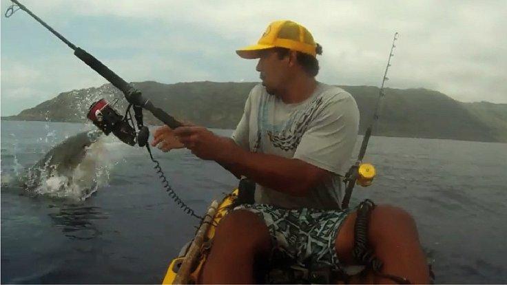 Po tomhle má rybář zážitek na celý život.