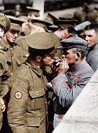 Britský voják připaluje cigaretu německému válečnému vězni.