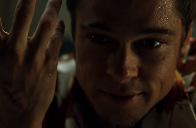 Ve filmu Klub rváčů, kde hraje Brad Pitt a Edward Norton, spolu Tyler Durden svypravěčem mají svést první boj. Norton měl Pitta praštit do ramene, ten mu dal ale pěstí do ucha a tak Pittovo řvaní a šílení bolestí taktéž není hrané.
