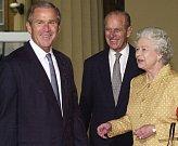 Královna Alžběta, princ Philip a George Bush