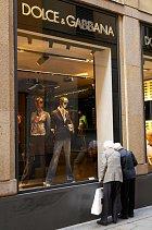 Módní návrháři Domenico Dolce (55) aStefano Gabbana (51) založili vlastní značku teprve vroce 1985. Přesto se záhy stala módní ikonou ajejí klienti, mezi kterými jsou např. Beckhamovi, patří mezi nejlépe oblékané lidi světa.