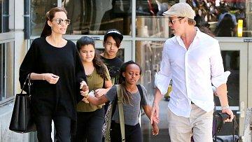 Angelina Jolie, Brad Pitt a jejich děti. Zprava: Zahara, Maddox a jeho kamarádka.
