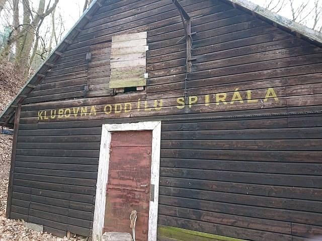 V okolí této chaty byl pohřešovaný spatřen naposledy.