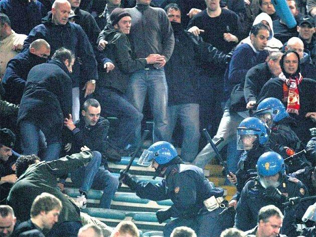 Je to ještě fotbal? Na tribuně AS Řím to ve středu večer chvílemi vypadalo jako na bojišti.