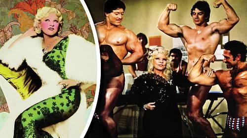 Mae West na počátku kariéry a na konci. Postupně se změnila v karikaturu sebe sama.