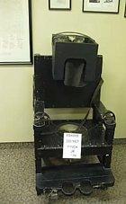 Židle s pouty, která sloužila k uklidnění hysterických pacientů, rok 1934.