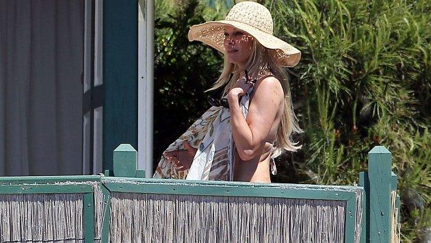 """Pamela Anderson nebyla při převlékání opatrná a nechala se """"nachytat"""" fotografem."""