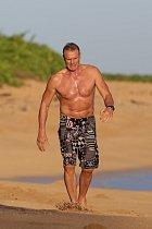 Dolph Lundgren se procházel po pláži na Havaji.