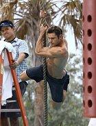 To není Tarzan, ale záchranář z pláže!