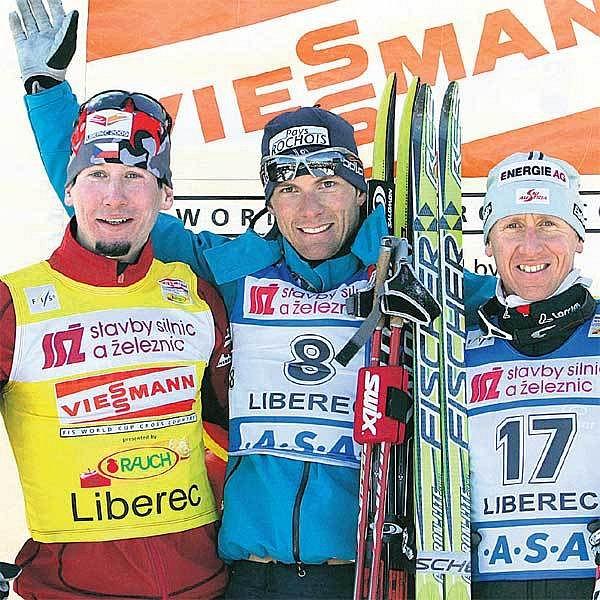 Stříbrnému Bauerovi (vlevo) dělali společnost na stupních vítězů nejrychlejší Francouz Gaillard a třetí Rakušan Hoffmann (vpravo).