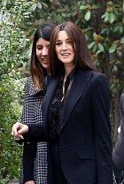 Krásná Monica Bellucci vychází z pařížské restaurace...