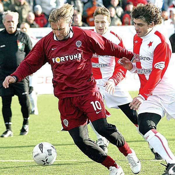 Sparťan Siegl (vlevo) se loni takto snažil obehrát Jindráčka, nakonec jeho tým dostal nakládačku 0:5.