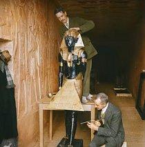 Provizorní laboratoř, která byla vytvořena ve vykradené hrobce Sethiho II. Právě probíhá konzervování sochy.