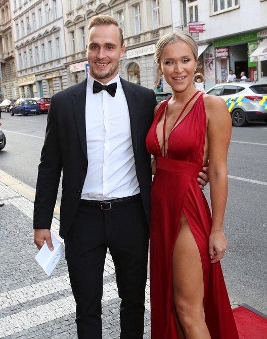 Nela Slováková se svým přítelem Lukášem Kozákem, který je kapitánem hokejového týmu HC RT Torax Poruba.