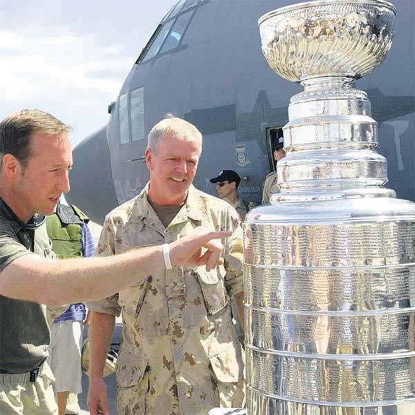 Slavný Stanley Cup uprostřed afghánské pouště obdivoval kanadský ministr obrany MacKay (vpravo) i šéf personálu na základně Hillier.