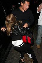 Fergie měla štěstí - když padala, bylo se koho chytnout.
