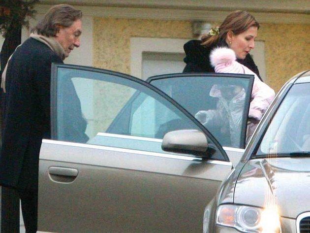 24.12.2007, 13.58, Praha – Bertramka. Zpěvák Karel Gott odváží rodinu na projížďku vánoční Prahou.