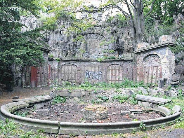 A takhle zuboženě vypadá unikátní památka dnes. Praha 2 ji ale hodlá opravit.