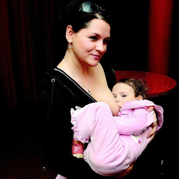 Magda Malá se nestydí předvést správný systém kojení.