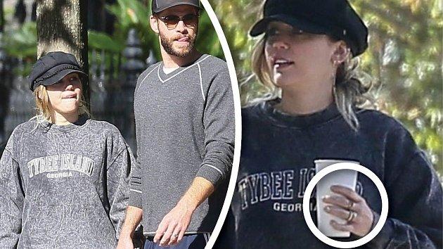 Miley má na ruce další prstýnek…
