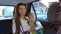 Eliška Fuxová alias Půlnoční Bouře s maminkou Blankou Fuxovou v autě.