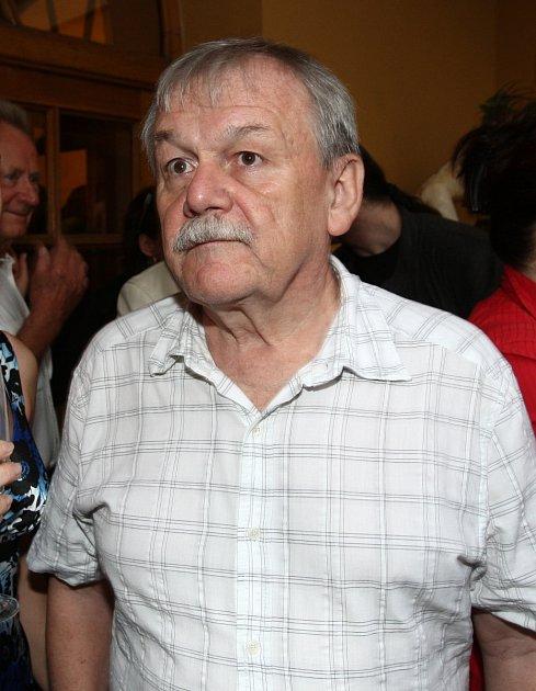 Karel Šíp sexmanželkou odmítá komunikovat.