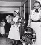 Během války o Britské ostrovy v r. 1940, byla kontaminace vzduchu nebezpečnými látkami nad hranicí únosnosti. Plynové masky byly povinnou výbavou každého civilisty a to včetně sotva narozených dětí. Pro ně byly vyrobeny speciální plynové košíky a kočárky.