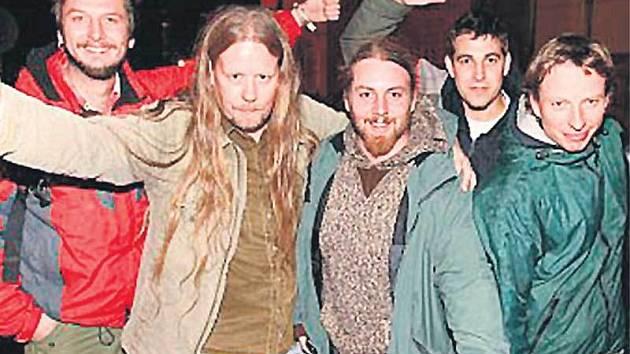 Fanoušci se musí smířit, že tohle je na čas nová podoba kapely. Alespoň do doby, než se Štěpán vyléčí (zleva Vašek Bláha, Honza Bártl, Roman Procházka, Adam Karlík a Marek Žežulka).