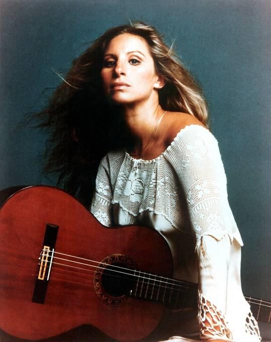 Těžko říct, zda je úspěšnější herečka nebo zpěvačka.