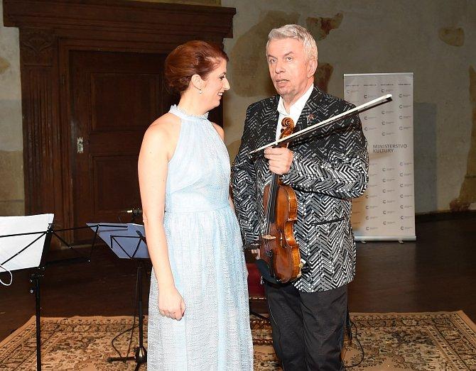 Monika dělá manažerku houslistovi Jaroslavu Svěcenému.
