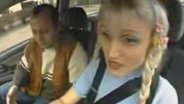 Blondýnu za volant nepouštějte...