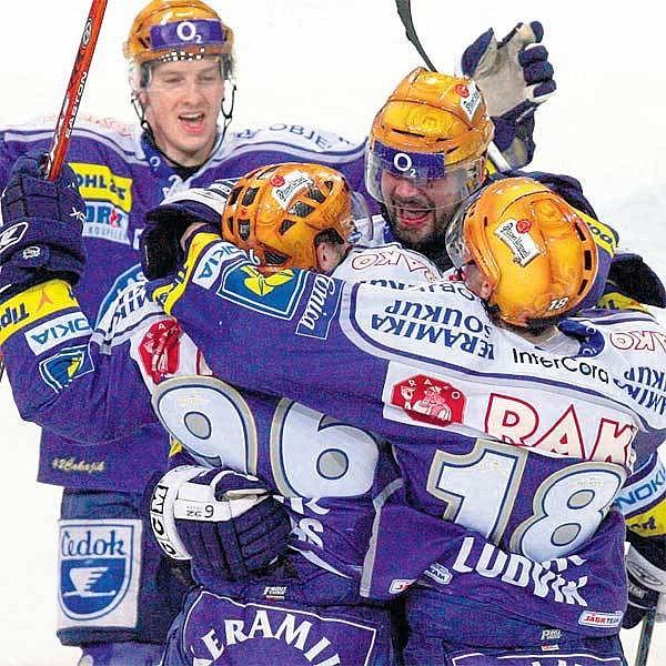 Radost plzeňských hokejistů po jednom z gólů, které jim vynesly pokračování série v předkole play off.