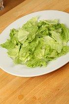 Listy salátu natrhejte na kusy velikosti sousta.