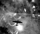 Letadlo Avro Lancaster bombardující Hamburg