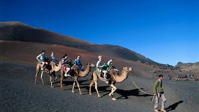 Projížďka na velbloudech po krajině připomínající Mars.