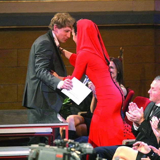Kluse si musela Ewa Farna přitáhnout, aby si jí alespoň všiml.