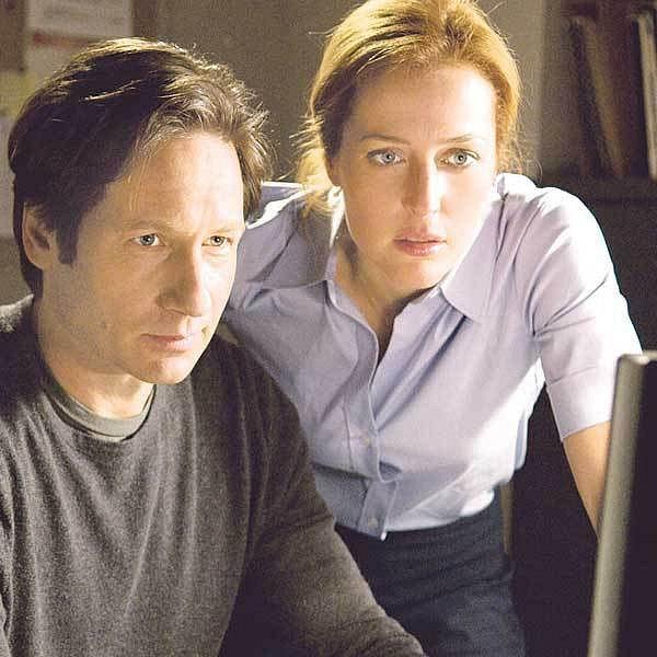 David Duchovny jako agent FBI Fox Mulder a Gillian Andersonová v roli jeho kolegyně Dany Scullyové v hlavních rolích thrilleru Akta X: Chci uvěřit.