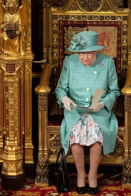 Spekuluje se, zda se královna po smrti svého manžela, nevzdá trůnu.