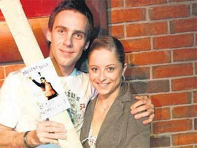 Roman Vojtek se svou bývalou tanečnicí Kristýnou Coufalovou a dřevěnou deskou. Tu dostal za tisíc prodaných kusů alba za týden.