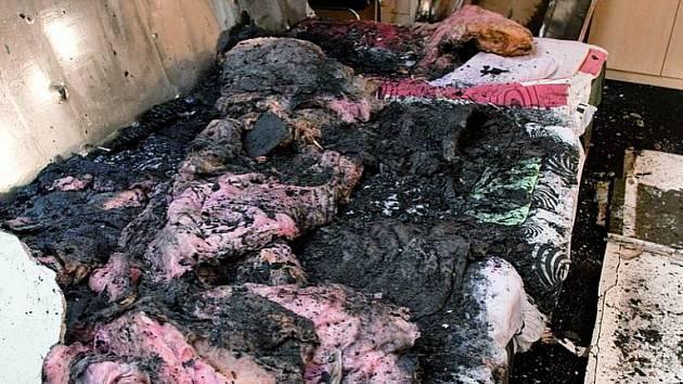 Při typickém samovznícení shoří jen tělo a částečně postel. Okolí je ohněm téměř neporušené.