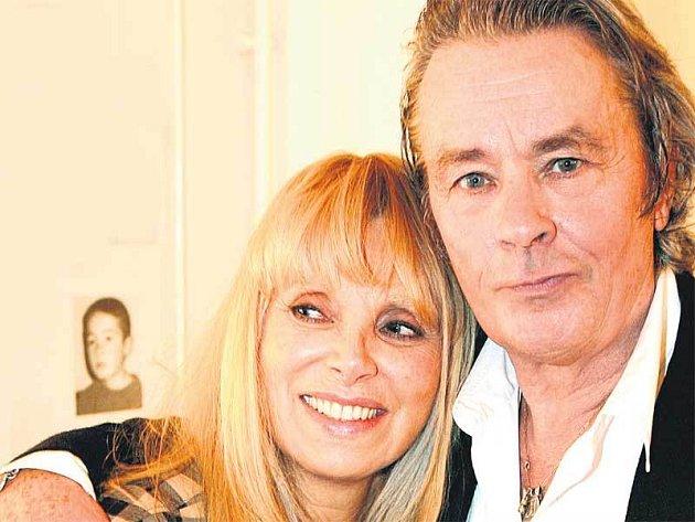 Alain Delon s Mireille Darc.